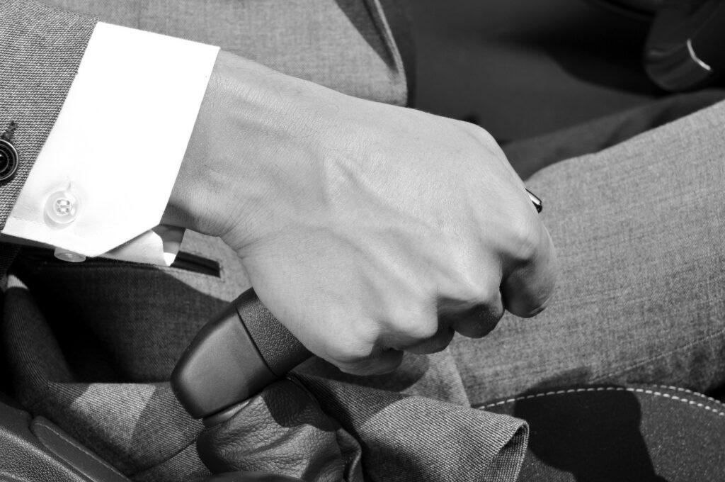 Hand an der Handbremse